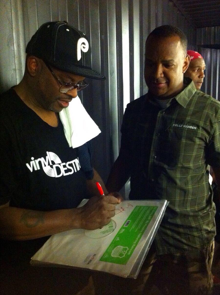 DJ Jazzy Jeff autografando o vinyl